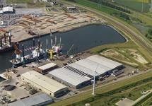 Werkschip Aeolus van Van Oord, met andere werkschepen in de...