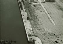 De voltooide bouw van de openbare kademuur met het aanbrengen van de...