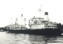 Zeeschip met sleepboten bij brug Sas van Gent, oktober 1977.