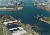 Luchtfoto bouw loodsen en kade in de Westhofhaven voor Sealake...