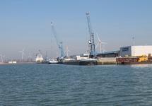 Binnenvaartschepen aan de kade bij Kloosterboer.
