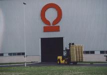 Loods en heftruck met pallets bij Outokumpu Steel Processing op de...