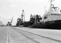 Sleepboot Ierland en lifschip Sublift Caribic aan de kade van de...