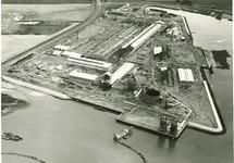 In het midden de fabriek Pechiney in aanbouw, met rechts in de Van...