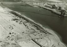 Rechtsboven zeekademuur Pechiney met daar achter bouw van de...