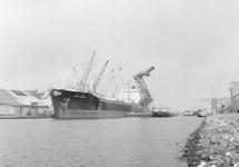 Overslag met drijvende kraan vanuit een zeeschip in de...
