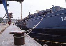 Laden van een binnenvaartschip, waarschijnlijk bij Hydro Agri...