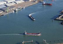Quarleshaven met diverse scheepvaart voor de kaden van Verbrugge...