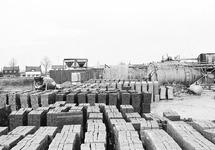 Opslag van bouwmaterialen bij Fassaert beton aan de Axelse Sassing.