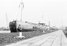 Binnenvaartschip Kon Tiki aan de kade van Zijkanaal A bij de...
