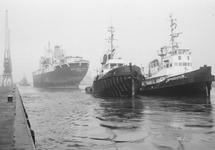 Sleepboten en een zeeschip in de Zuiderkanaalhaven.