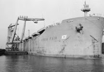 Lossen van het zeeschip Anbia Fair met drijvende kranen aan de...