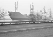 Schip op het kanaal ter hoogte van Sas van Gent.