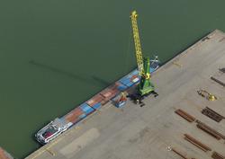 Binnenvaart containerschip aan de Quarleshaven bij Verbrugge...
