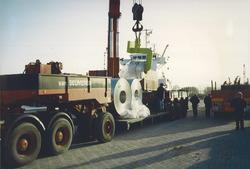 Overslag van rollen staal bij Outokumpu Steel Processing op de Axelse...
