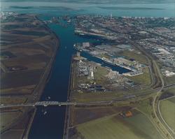 Luchtfoto noordelijk gedeelte van het Kanaal Gent - Terneuzen met...