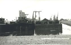 Overslag met drijvende kranen door Ovet in de Zevenaarhaven.