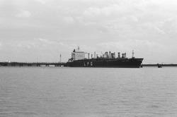 LPG tanker aan het steiger bij Dow Chemical in de Braakmanhaven.