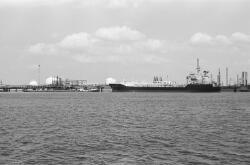 Zeeschip en binnenvaartschip in de Braakmanhaven. Op de achtergrond de...