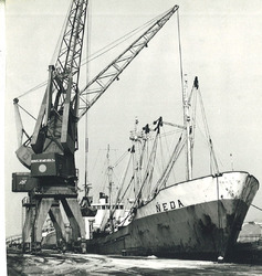 Lossen van een schip aan de kade van de Zuiderkanaalhaven met een...