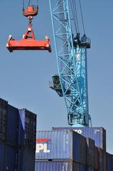 Stapelen van containers met kraan op de Kalootdwarskade.