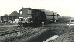 Trein met wagons kolen op het spoor aan de Engelandweg aan de terminal...