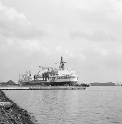 Zeeschip aan de kade van de Massagoedhaven.