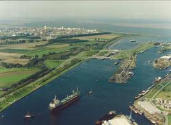 Luchtfoto zeeschip op het kanaal voor de zeesluis met op de...