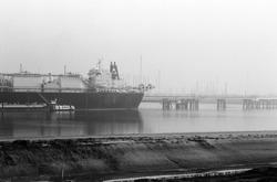 LNG tanker LNG Challenger in de Braakmanhaven bij Dow Chemical.