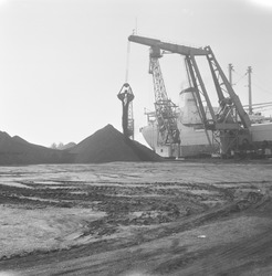 Overslag kolen door Ovet in de Zevenaarhaven.