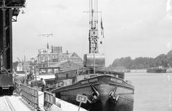 Binnenvaartschip Marie Joseph aan de kade bij de Zuid Chemie te Sas...