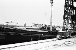 Binnenvaartschepen aan de kade van de Nederlandse Stikstof...