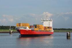 Zeeschip Lina met containers in de Buitenhaven voor de Zeesluis in...
