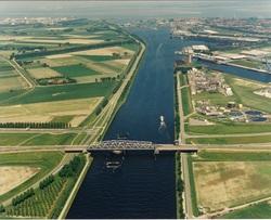 Brug Sluiskil met op de achtergrond de kanaalhavens van Terneuzen.