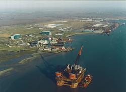 Luchtfoto platform van Heerema voor de haven van Vlissingen-Oost.