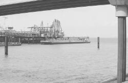 Binnenvaartschip aan de steiger bij Dow Chemical in de Braakmanhaven.