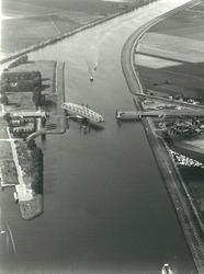 Draaibrug over het kanaal Gent-Terneuzen bij Sas van Gent.
