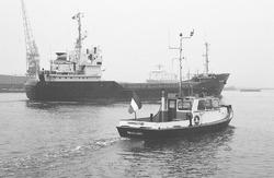 Peilboot H.T. 1 op het kanaal naast een zeeschip ter hoogte van de...