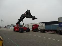 Reach stacker bij vrachtwagen terrein Kloosterboer.