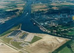 Luchtfoto van de punt van de Axelse Vlakte met gebouwen van Outokumpu...