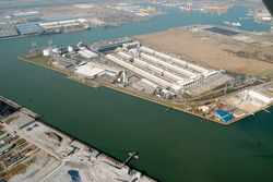 Overzicht van de terreinen van Zeeland Aluminium Company (Zalco) aan...