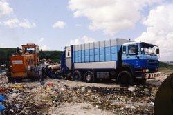 Lossen van een vuilniswagen van de gemeente Vlissingen op de...