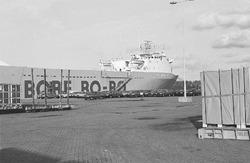 Ro-ro schip van Bore Ro-ro aan de kade in de Zevenaarhaven. op de kade...