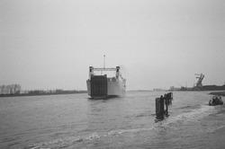 Ro-ro schip vaart weg aan de ro-ro 1 haven in de Zevenaarhaven. op de...