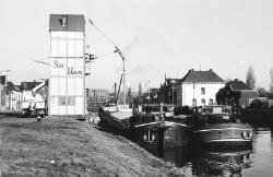 Laad- en losinstallatie van Sas bloem aan Zijkanaal H te Sas van Gent.