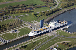 Ro-RO schip Primula Seaways van DFDS vaart de Westsluis in om te...