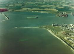 Luchtfoto havenmonding van de haven te Vlissingen-Oost.