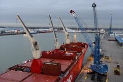 Het lossen van een zeeschip aan de kade bij Kloosterboer in de...