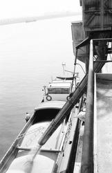 Laden van een binnenvaartschip aan de kade bij Zuid Chemie te Sas van...