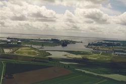 Luchtfoto van de braakliggende terreinen op de plaats waar de...